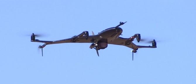 한국항공우주연구원 미래항공우주기술팀이 개발한 2세대 해양 정찰용 '복합형 드론'의 42% 축소 모델. 멀티콥터의 프로펠러와 항공용 가솔린 엔진을 함께 사용해 수직 이착륙과 고속 비행이 가능하다. 항우연 연구진은 9일 전북 무주군의 한 공터에서 복합형 드론 시험비행을 진행했다. - 한국항공우주연구원 제공